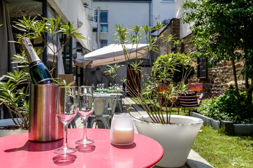 Have a drink at Côté Patio restaurant in Vannes